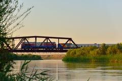 Lepsi rzeka z linia kolejowa mostem przechodzi obok pociągiem i Zdjęcia Stock
