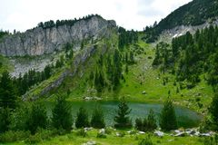 Leqinat sjö i Rugova berg Kosovo royaltyfria foton