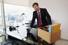 Ler den hyrde affärsmannen för ståenden precis i nytt kontor på kameran Arkivbild
