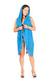 Ler poserar kvinnan iklädda kortslutningar och scarfen Royaltyfri Foto