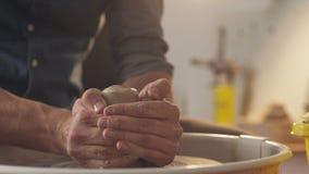 Lera för handtag för speciala hjälpmedel för keramiker Ledar- bilskrälle på det idérikt arkivfilmer