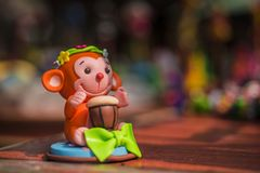 Lera-formad morotsfärgad apa, leksaker, hantverk, närbild