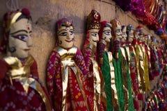 Lera och träsned dockor med den indiska traditionella klänningen Royaltyfri Foto