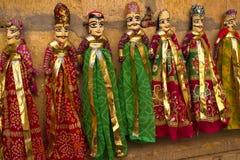 Lera och träsned dockor med den indiska traditionella klänningen Arkivfoton