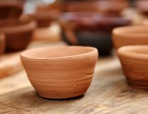 lera tillverkar traditionellt trä för krukmakeristudiotabellen Royaltyfri Foto