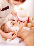 Leraansiktsbehandlingen maskerar i skönhetbrunnsort. Royaltyfri Foto