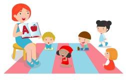 Leraar die alfabet verklaren aan kinderen rond haar, de boeken van de leraarslezing voor jonge geitjes in de kleuterschool vector illustratie