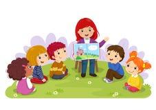 Leraar die een verhaal vertellen aan kinderdagverblijfkinderen in de tuin