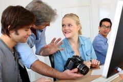 Leraar die fotografieuiteinden geven aan studenten royalty-vrije stock foto's