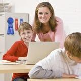 Leraar die student helpt Stock Foto