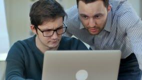 Leraar die student met zijn project in klaslokaal helpen stock videobeelden
