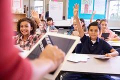 Leraar die tabletcomputer in basisschoolles met behulp van Stock Foto