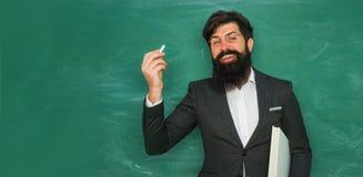 Leraar die voor universitaire examens voorbereidingen treffen Terug naar school en gelukkige tijd Portret van mannelijke Universi stock fotografie