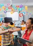 Leraar en kind die Virtuele de Werkelijkheidshoofdtelefoon van VR met Interface dragen royalty-vrije stock fotografie