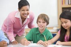 Leraar en leerling in basisschoolklaslokaal Royalty-vrije Stock Foto's