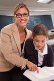 Leraar en leerling in klasse Royalty-vrije Stock Afbeeldingen