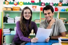 Leraar en ouder in klaslokaal stock afbeeldingen