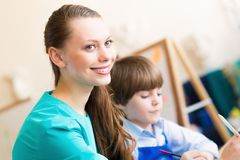 Leraar en student in het klaslokaal Stock Foto
