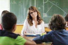Leraar en student in les stock afbeelding