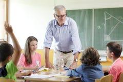 Leraar en student in les stock afbeeldingen