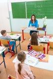 Leraar en studenten in het klaslokaal Royalty-vrije Stock Foto's