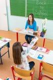Leraar en studenten in het klaslokaal Stock Afbeeldingen