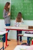 Leraar en studenten in het klaslokaal: het onderwijs Stock Foto