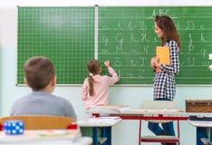 Leraar en studenten in het klaslokaal: het onderwijs Stock Fotografie