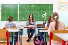Leraar en studenten in het klaslokaal: het onderwijs Stock Afbeeldingen