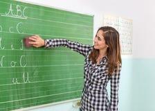 Leraar en studenten in het klaslokaal: Ontruim de raad Royalty-vrije Stock Foto's