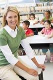 Leraar en studenten in kleuterschoolklasse Stock Fotografie