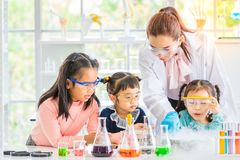 Leraar en studenten in laboratorium, rookvlotter uit stock foto's