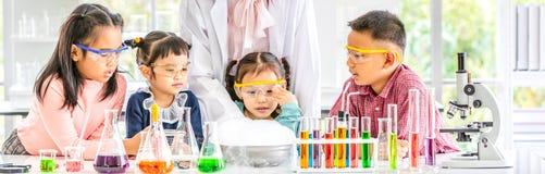 Leraar en studenten in laboratorium, rookvlotter uit royalty-vrije stock foto