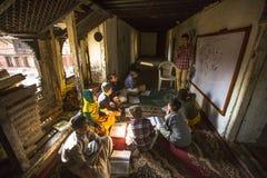 Leraar en studenten in les op Jagadguru-School Stock Afbeeldingen