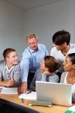 Leraar en studenten in school Stock Afbeelding