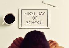 Leraar en tekst eerste dag van school in een tablet Stock Fotografie