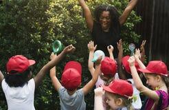 Leraar en van de jonge geitjesschool het leren ecologie het tuinieren stock afbeelding