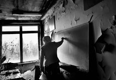 Leraar in haar vroeger klaslokaal in Pripyat-stad Royalty-vrije Stock Foto