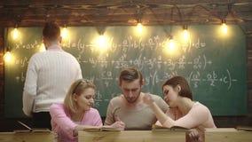 Leraar in het klaslokaal Leerkrachten en studenten Classmate Educate Friend Knowledge Lesson Concept Studentengroep stock videobeelden