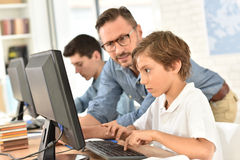 Leraar met kinderen bij klasse royalty-vrije stock afbeelding