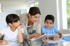 Leraar met kinderen op school royalty-vrije stock foto