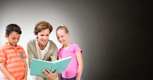 Leraar met leerlingen Royalty-vrije Stock Foto's