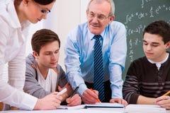Leraar met middelbare schoolstudenten Stock Foto's