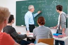 Leraar met studenten in klaslokaal