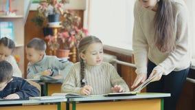 Leraar met studenten in klasse stock videobeelden