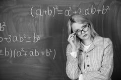 leraar op schoolles bij bord Vrouw in klaslokaal school Huis het scholen Ernstige Vrouw Terug naar School stock foto's