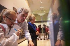 Leraar And Pupils Looking bij Artefacten op Vertoning in Museum royalty-vrije stock fotografie