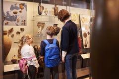 Leraar And Pupils Looking bij Artefacten op Vertoning in Museum stock afbeeldingen