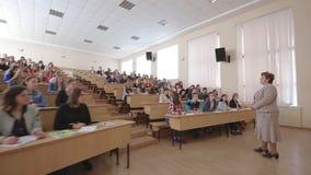 Leraar With Students At de Zaal van de Universiteitslezing