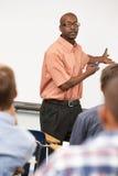 Leraar Talking To Class die zich in Front Of Whiteboard bevinden Royalty-vrije Stock Foto's